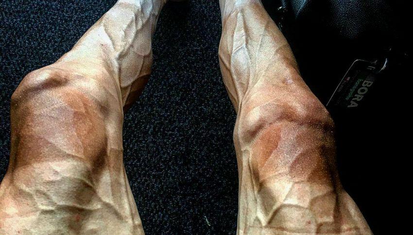 Le gambe di un ciclista dopo 16 giorni di Tour de France