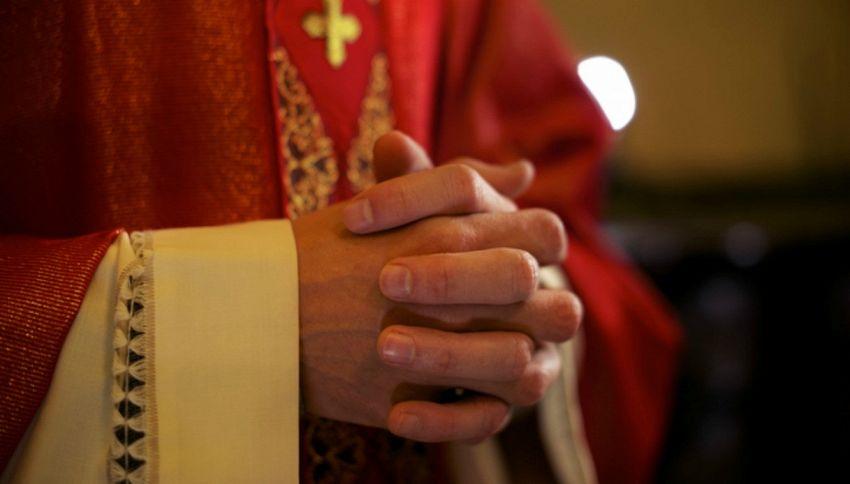 Prosecco e patatine: l'offerta del parroco per attirare fedeli