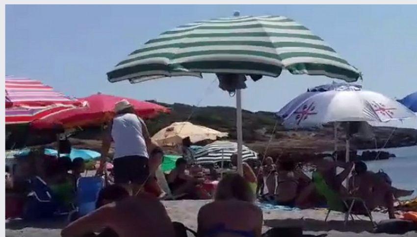 Olio di tonno in mare: applausi all'anziano che sgrida la turista