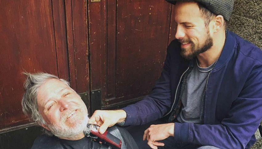 Joshua, il parrucchiere che regala taglio e piega ai senzatetto