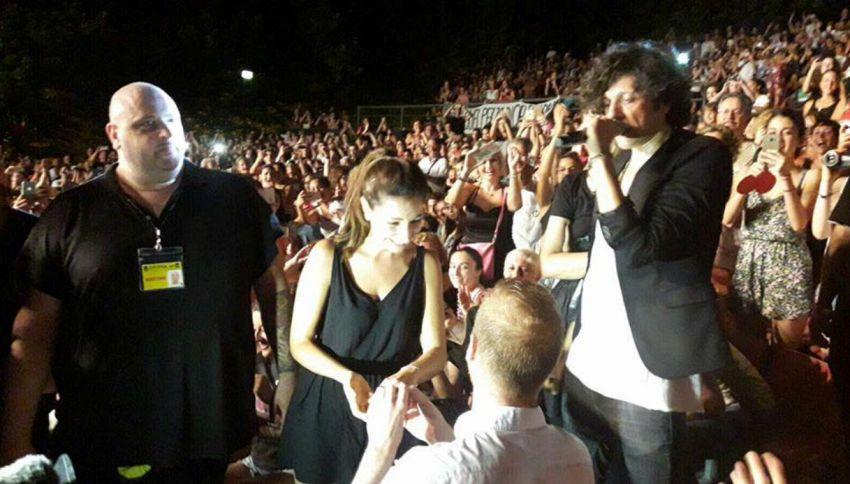 Proposta di matrimonio al concerto, Ermal Meta scende dal palco