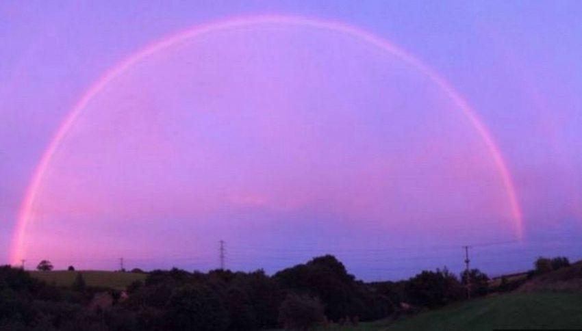 Lo spettacolo dell'arcobaleno rosa in Inghilterra