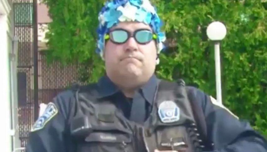 Usa, i poliziotti conquistano tutti con il balletto in piscina