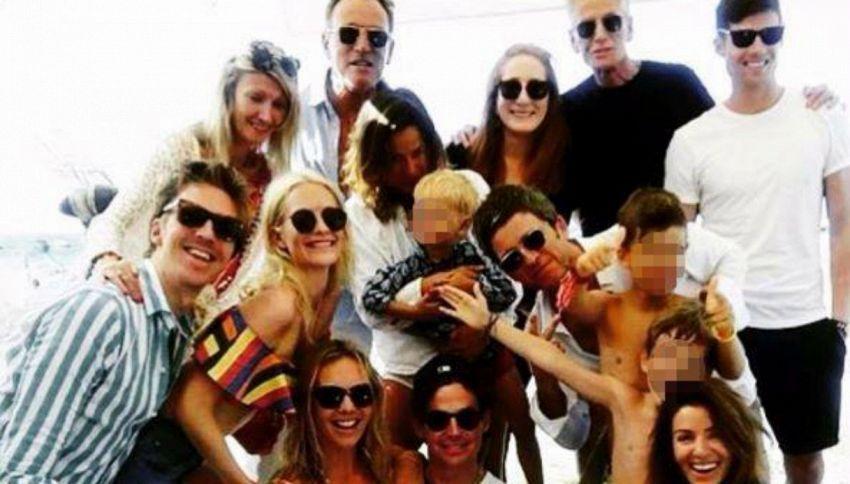 Formentera, la foto di gruppo con tutte le star. Le riconosci?