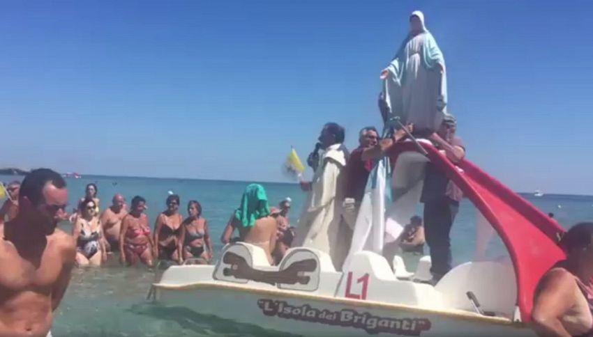 Una processione molto insolita: la Madonna sul pedalò in Salento