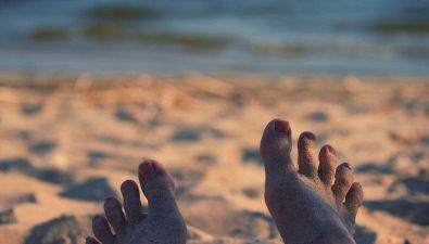 Il modo migliore per togliersi la sabbia dai piedi