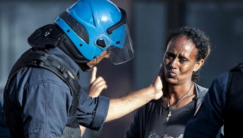 Roma, la carezza del poliziotto alla migrante durante lo sgombero