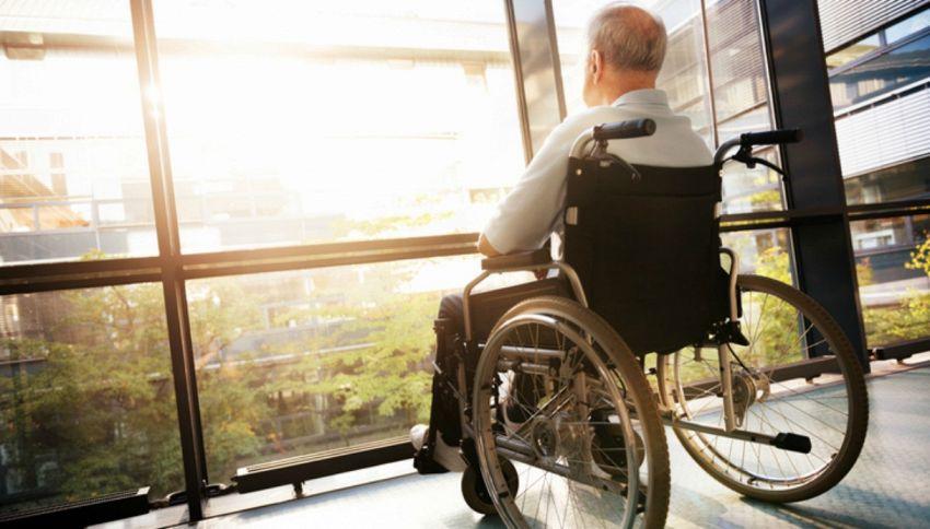 Disabile in sedia a rotelle ferma il ladro e lo fa arrestare