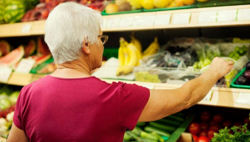Anziana non ha i soldi, una coppia di stranieri le paga la spesa