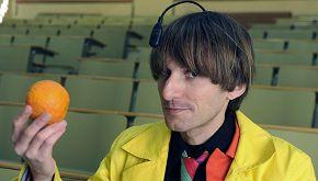 Neil Harbisson, l'uomo-robot che ha un'antenna sulla testa