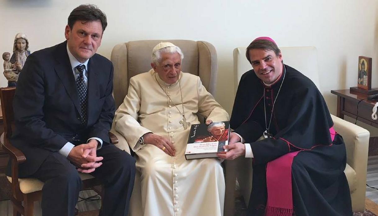 Papa Ratzinger con un occhio nero: cosa è successo?