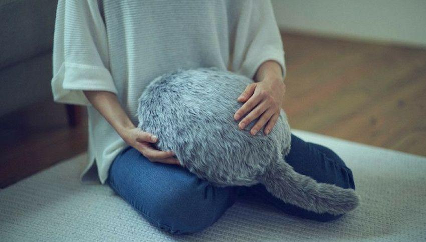 Arriva il cuscino che sembra un gatto: scodinzola e fa le fusa