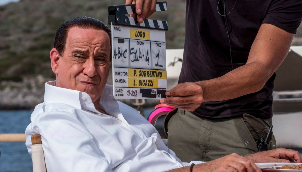 """Toni Servillo è Berlusconi: la prima foto di """"Loro"""" di Sorrentino"""