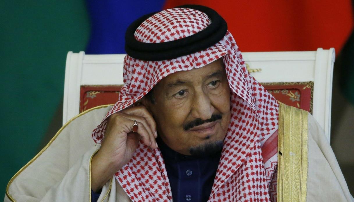 Il re saudita Salman rimane bloccato sulla scala mobile in oro