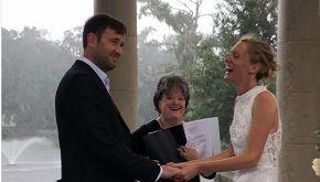 Si sposano durante l'uragano e la cerimonia finisce così