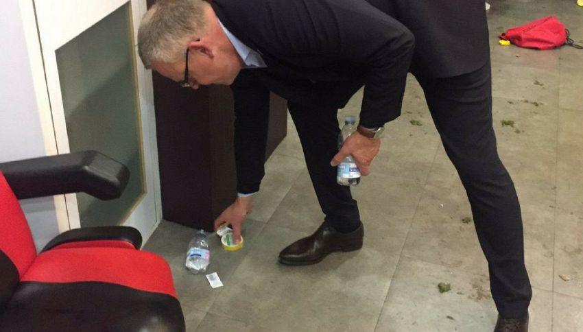 L'allenatore svedese dopo la partita? Pulisce lo spogliatoio