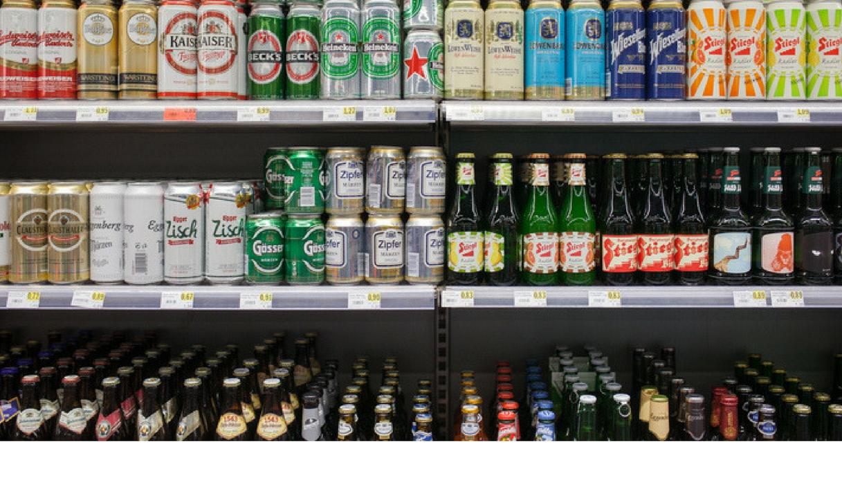 Chiuso nel frigo del market non chiede aiuto e si beve tutto