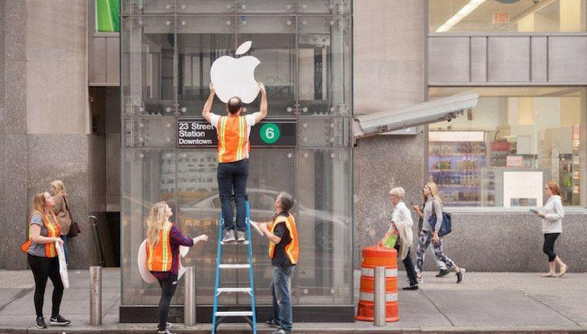 Trasformano fermata della metro in Apple Store e si forma la fila