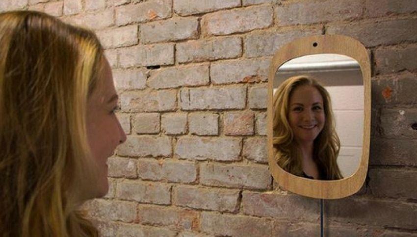 Lo specchio che funziona solo se sorridi
