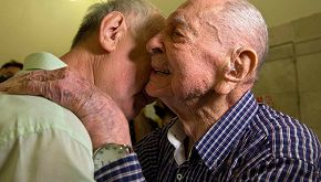 A 102 anni riabbraccia il nipote che credeva morto