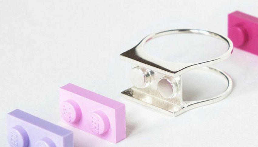 Arriva l'anello di fidanzamento fatto con i mattoncini Lego