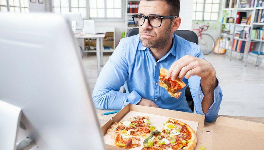 Mangiare da soli fa male. Lo dice la scienza