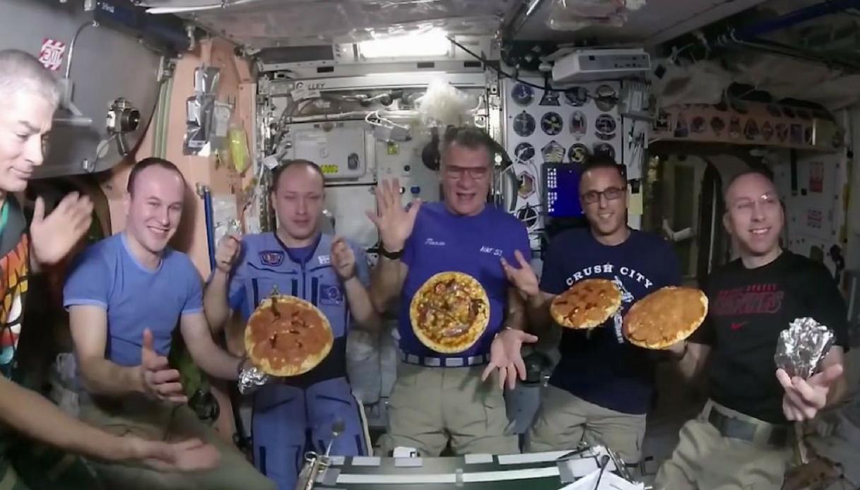 Paolo Nespoli prepara la pizza nello spazio