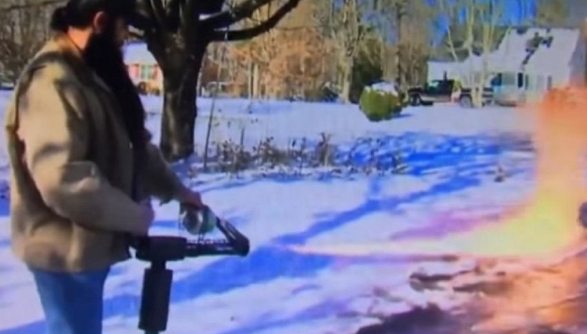 Neve sul vialetto: per toglierla, un uomo usa un lanciafiamme