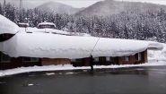 Colpo da maestro per ripulire il tetto dalla neve