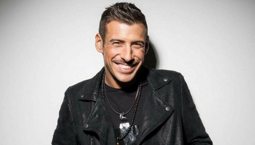 Francesco Gabbani si è tagliato i baffi ed è irriconoscibile
