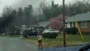 Fa il bullo, il papà lo fa andare a scuola sotto la pioggia
