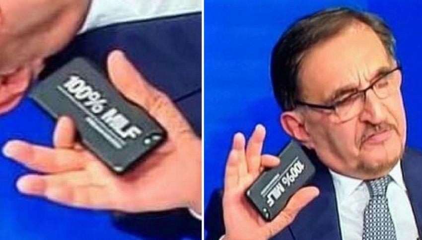 La cover del cellulare di Ignazio La Russa è la foto del giorno