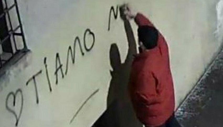 La storia del tizio che scrive sui muri frasi d'amore a se stesso