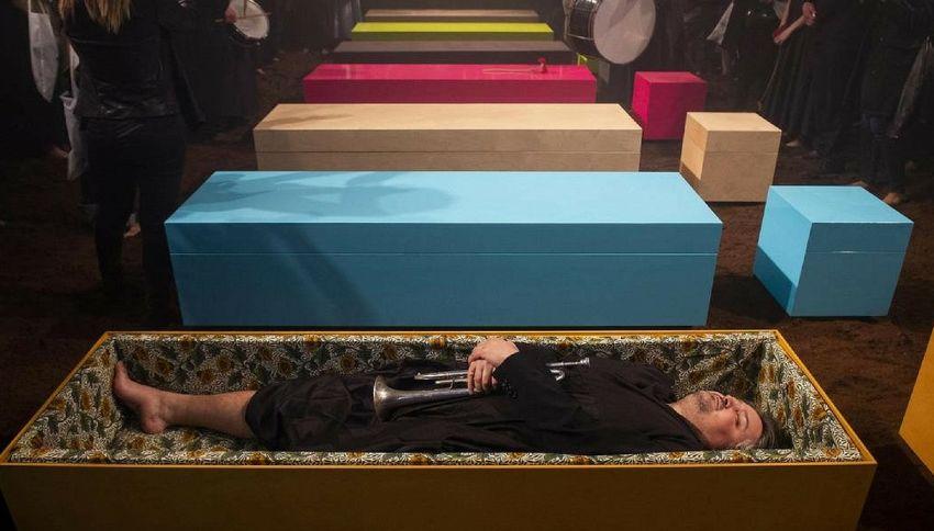 Alla Milano Design Week la cassa da morto diventa cool