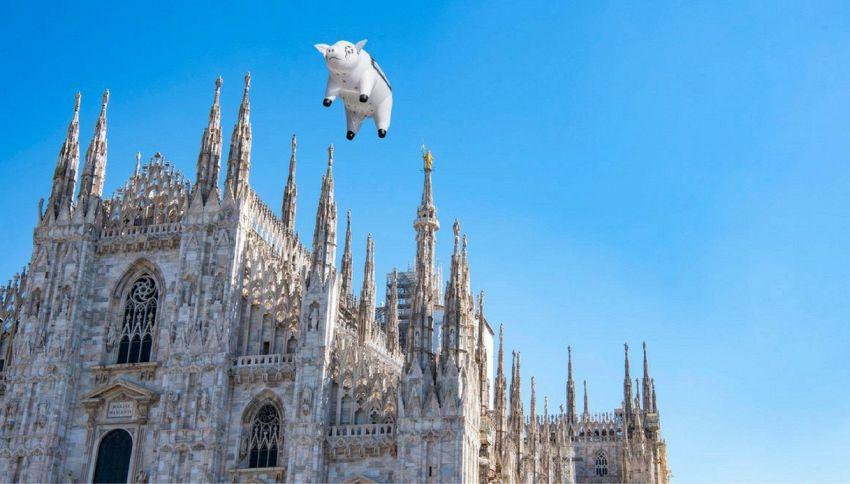 Milano, il maiale dei Pink Floyd vola sul Duomo per Roger Waters