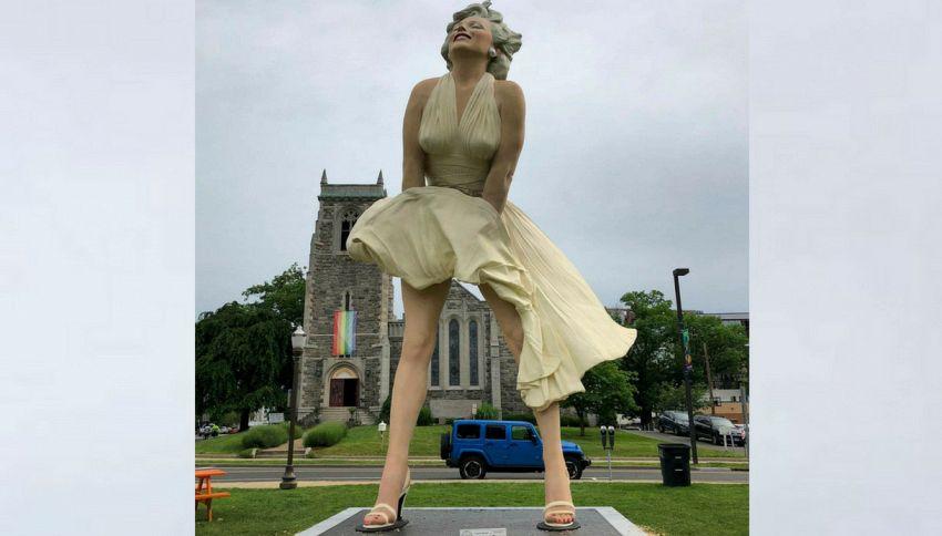 Una statua gigante di Marylin Monroe appare davanti alla chiesa