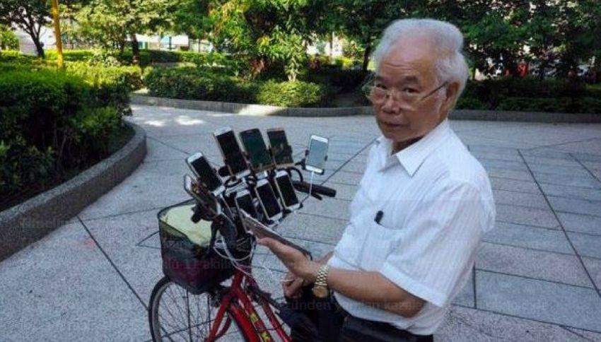 70enne usa 11 smartphone in contemporanea per catturare Pokemon