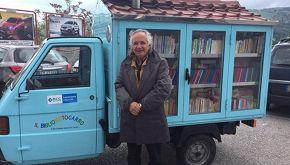 Antonio l'eroe: porta libri nei paesi isolati col bibliomotocarro