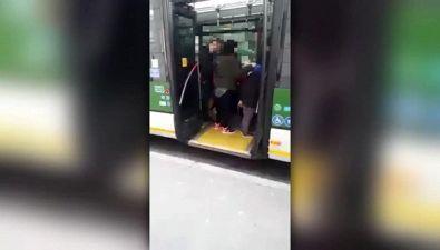 Rissa in autobus, spinte e schiaffi a madre col velo