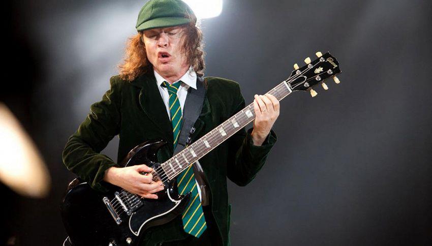 AC/DC: ecco come è nato il look da scolaretto di Angus Young