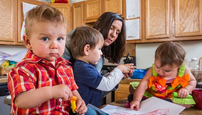 4 figli e solo 2 mani per gestirli: la foto della mamma è virale