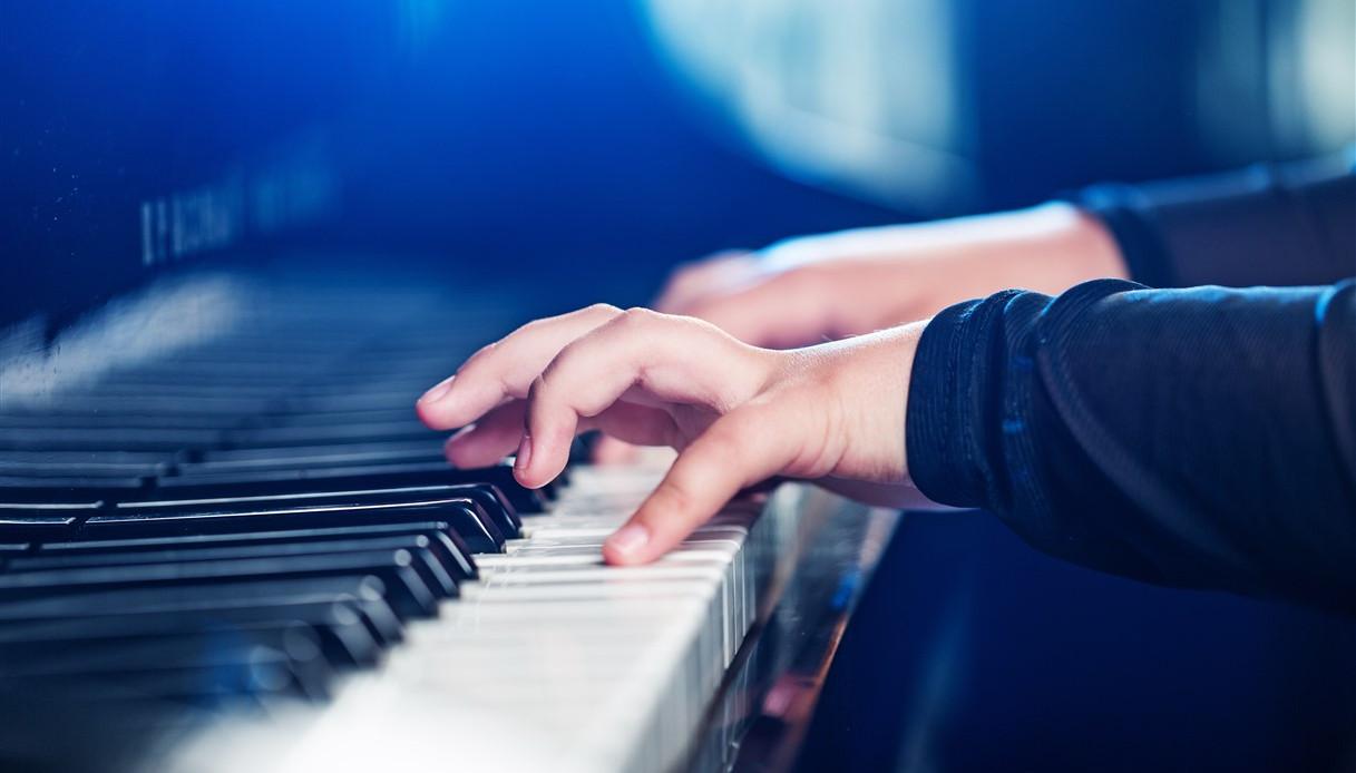 Bimbo di sei anni suona Bohemian Rhapsody: video da vedere