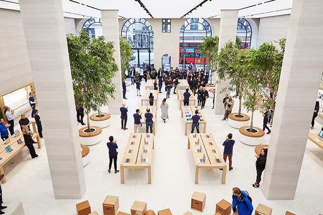 Gli interni dell'Apple Store di Regent Street, riaperto a metà 2016