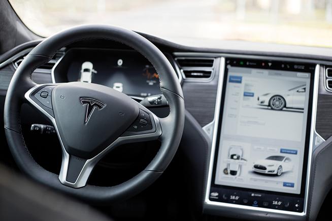 L'interno di un'auto Tesla