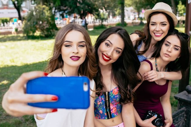Gruppo di ragazze scatta un selfie