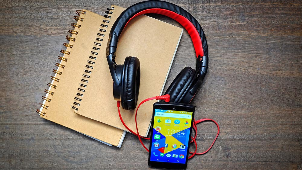 Google, in autunno arrivano delle cuffie smart e un nuovo Chromebook