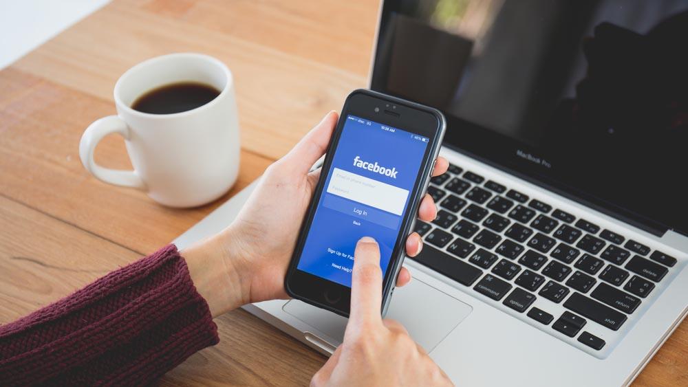 Facebook, nuovi furti delle credenziali da smartphone: come difendersi