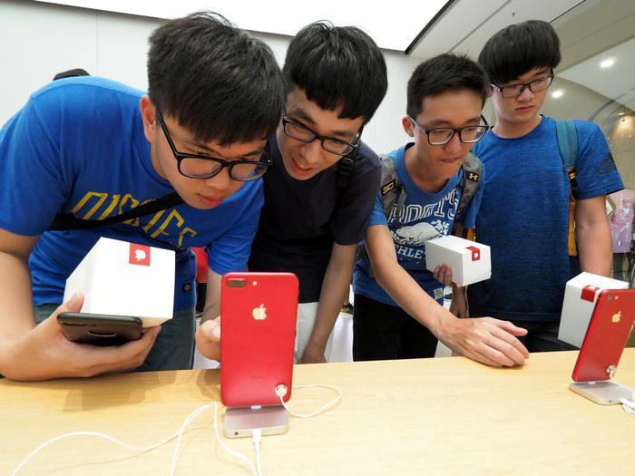 Azionisti attaccano Apple, 'Tuteli i bambini da iPhone'