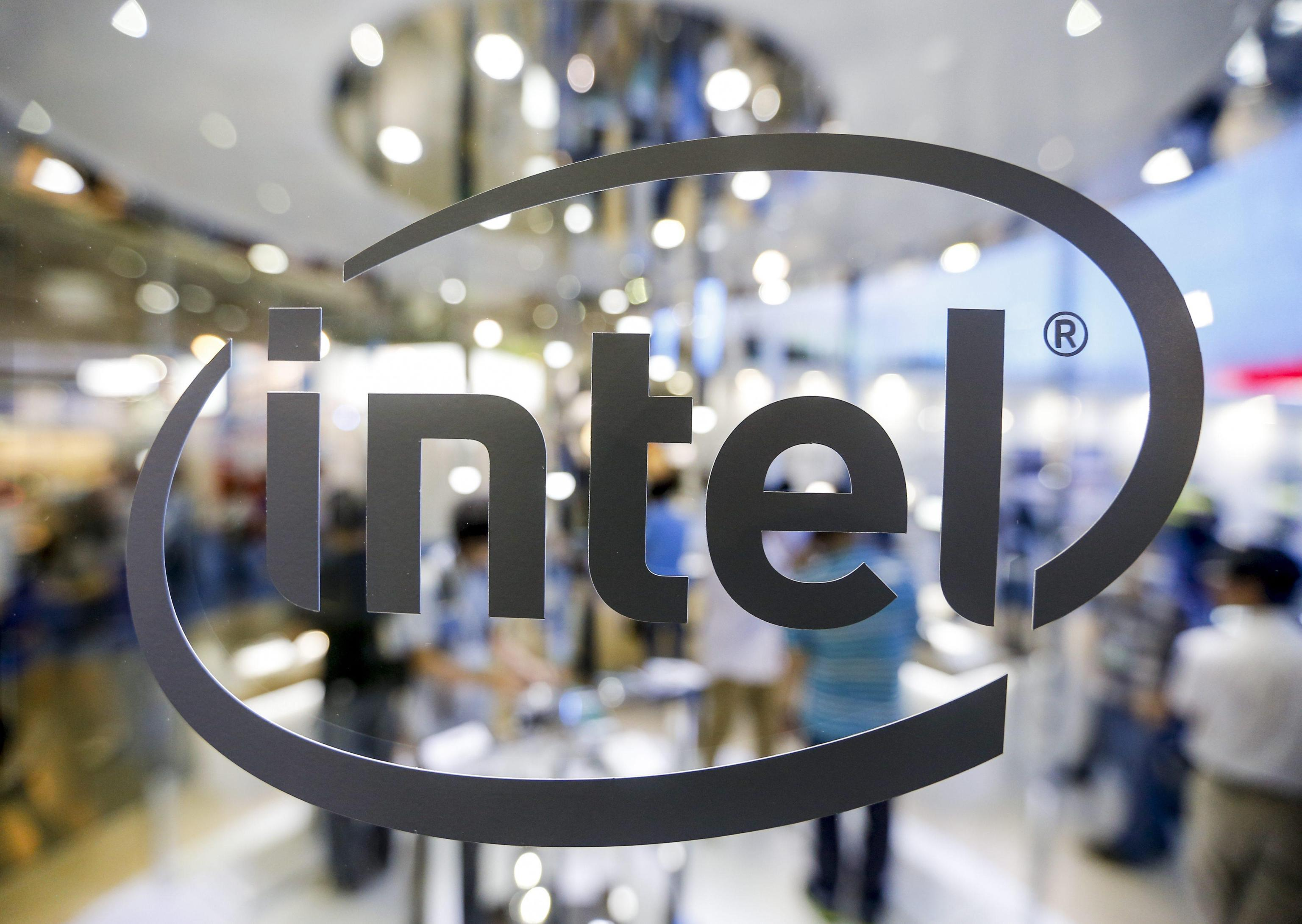 Intel, primo processore ibrido con Amd