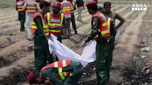 Autobotte in fiamme in Pakistan, 150 morti